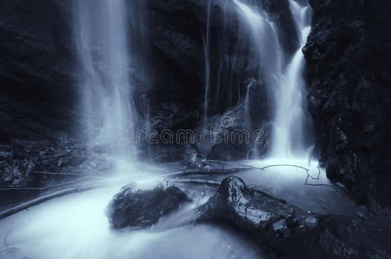 Cascada en el río de la montaña con fluir del agua imagenes de archivo