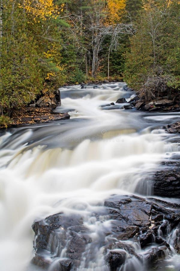 Cascada en el río de York en otoño fotografía de archivo