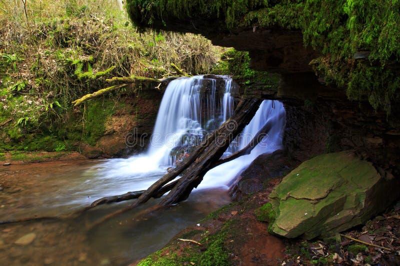 Cascada en el río Ennig; en la reserva de naturaleza de Pwll y Wrach fotografía de archivo libre de regalías