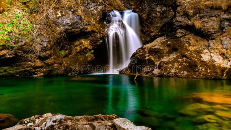Cascada en el tiempo de primavera de Eslovenia, Blejski vindgar fotos de archivo