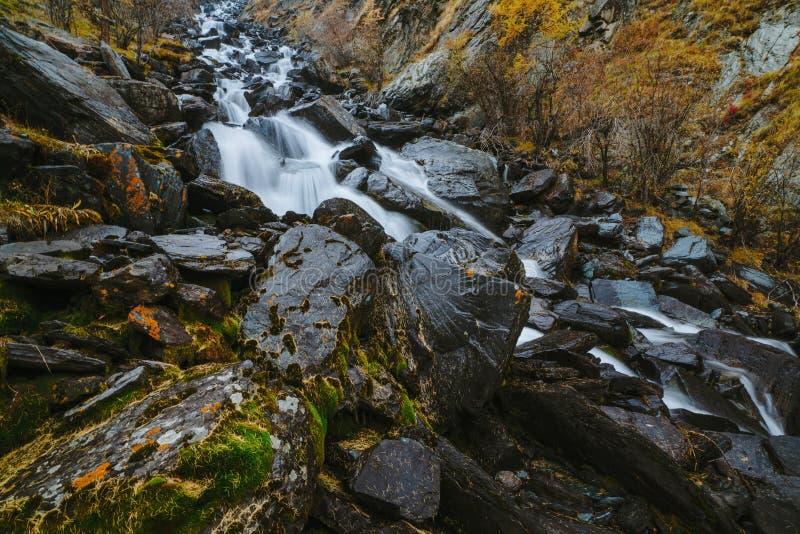 Cascada en el valle de Akkem en parque natural de las montañas de Altai fotografía de archivo