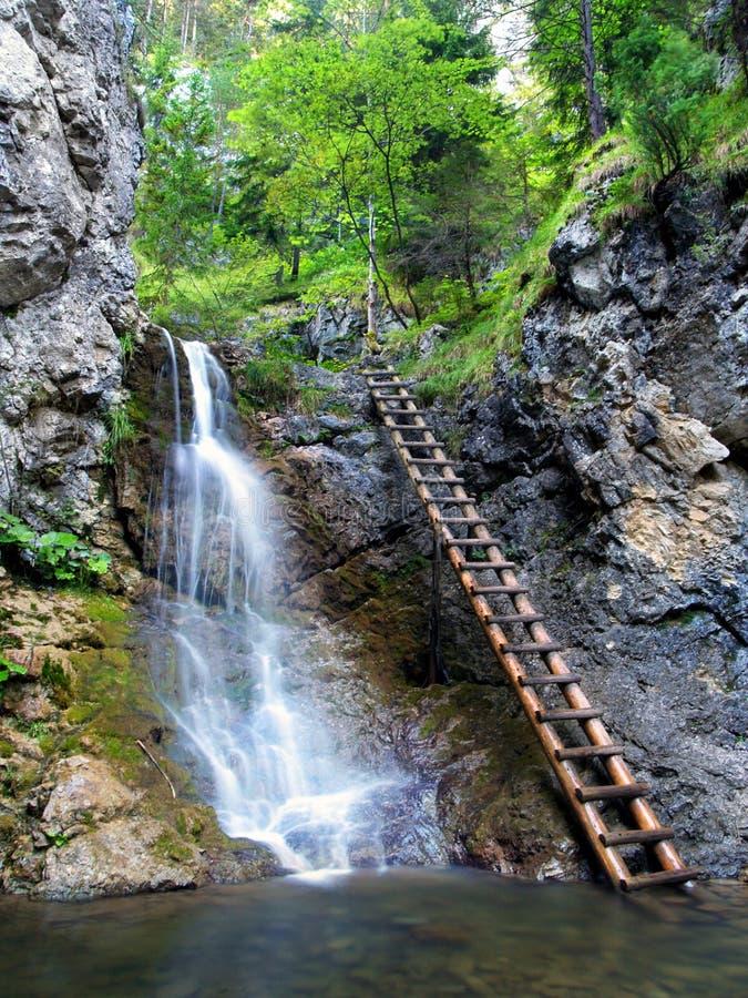 Cascada en el valle de Kvacianska fotos de archivo libres de regalías