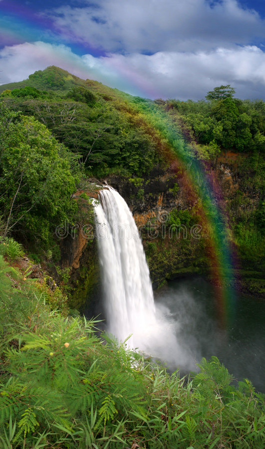 Cascada en Kauai Hawaii con el arco iris imagen de archivo