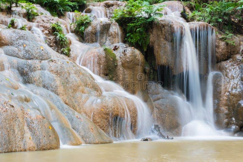 Cascada en la estación de lluvias fotos de archivo