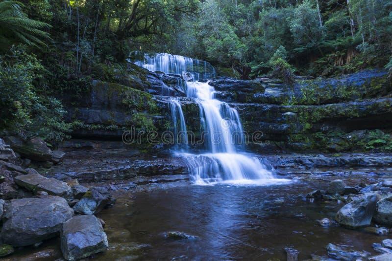 Cascada en la selva tropical que fluye abajo de cara de la roca fotos de archivo libres de regalías