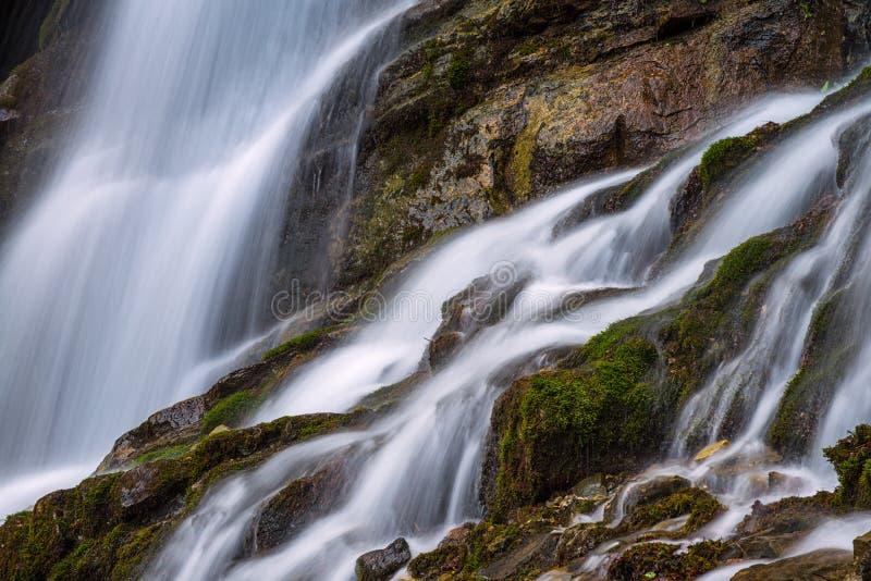 Cascada en las montañas de Bucegi fotos de archivo