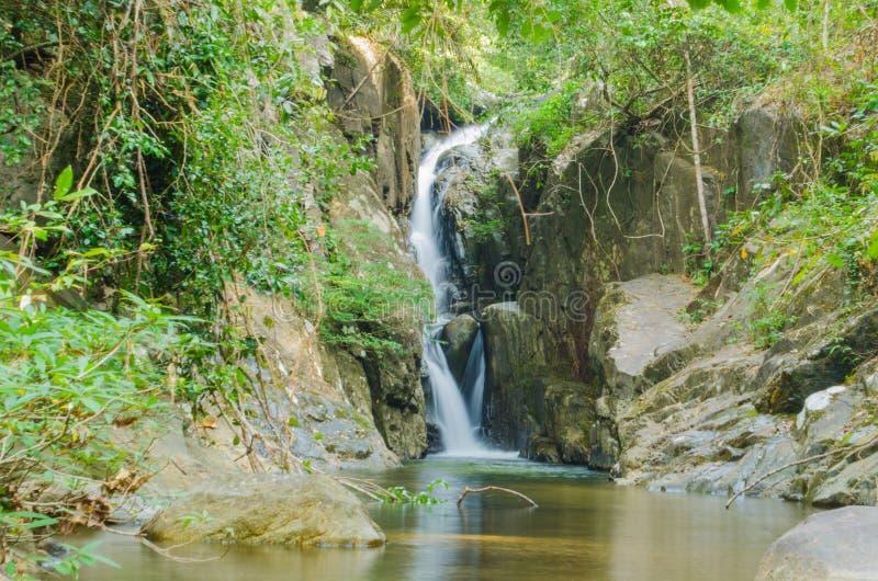 Cascada en las selvas tropicales de Indochina fotos de archivo