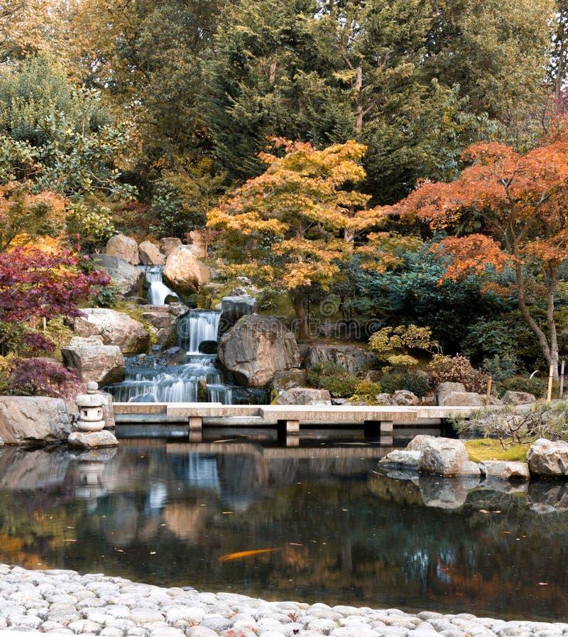 Cascada en Londres en otoño fotos de archivo