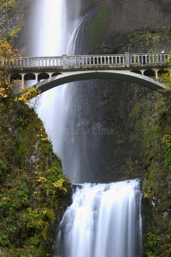 Cascada en otoño imagenes de archivo
