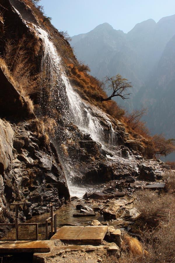 Cascada en pista de senderismo en Tiger Leaping Gorge en Yunnan, China fotos de archivo