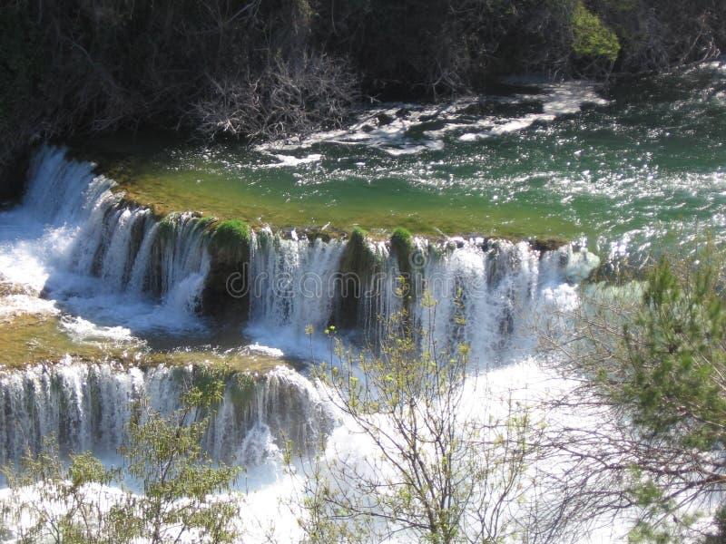 Cascada en primavera fotos de archivo