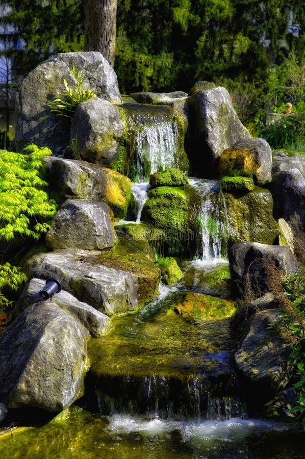 Cascada en un parque urbano imagen de archivo libre de regalías