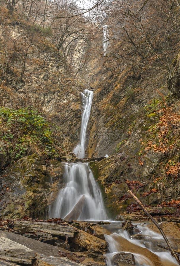 Cascada en una garganta de la montaña Vandam Gabala azerbaijan fotografía de archivo libre de regalías