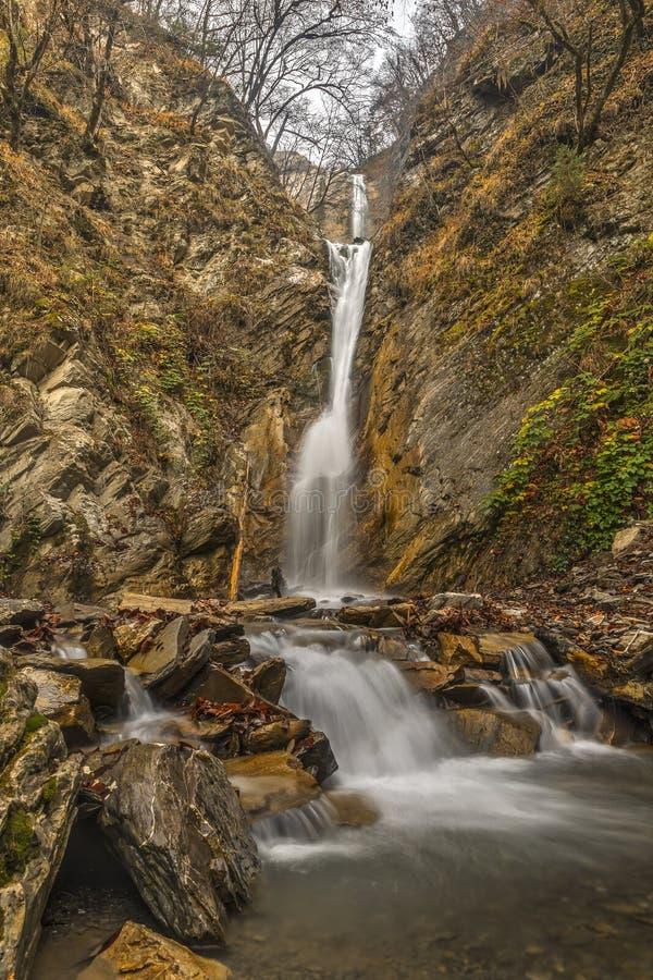 Cascada en una garganta de la montaña Vandam Gabala azerbaijan fotos de archivo libres de regalías