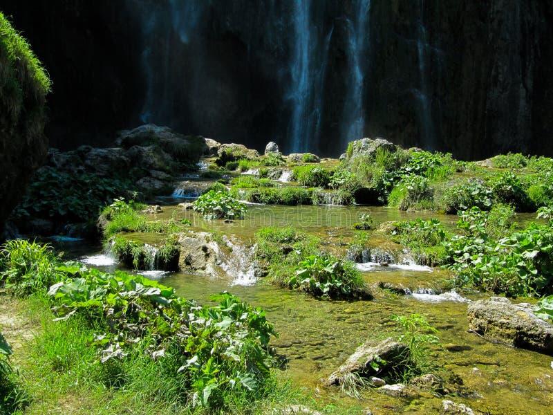 Cascada enorme con las pequeñas cascadas del agua en el parque nacional de los lagos Plitvice en Croacia imágenes de archivo libres de regalías