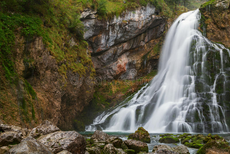 Cascada hermosa de Golling y cerca del medieva de Golling y de Salzach fotos de archivo