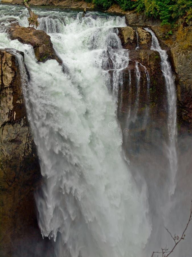 Cascada hermosa de la montaña fotos de archivo