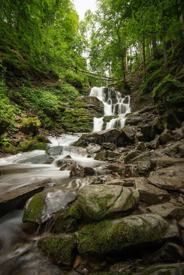 Cascada hermosa de la selva tropical de la montaña con agua y las rocas fluídos, exposición larga imagenes de archivo