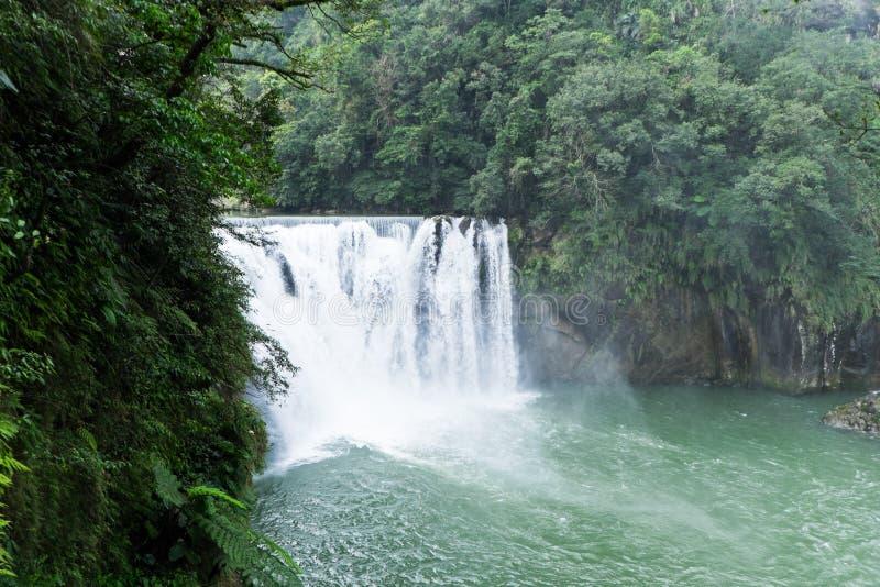 Cascada hermosa de Shifen en Taiwán imagenes de archivo