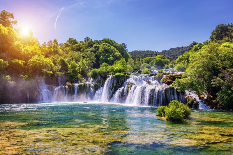 Cascada hermosa de Skradinski Buk en el parque nacional de Krka, Dalmacia, Croacia, Europa Las cascadas mágicas del parque nacion imagenes de archivo