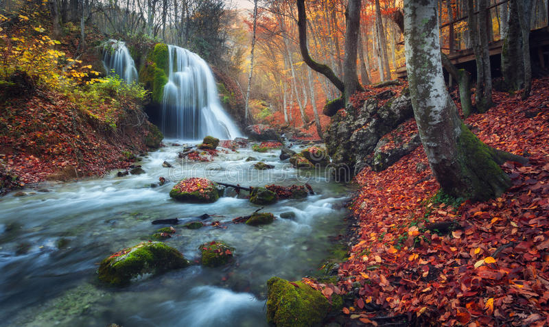Cascada hermosa en bosque del otoño en montañas crimeas en el sol imagen de archivo libre de regalías