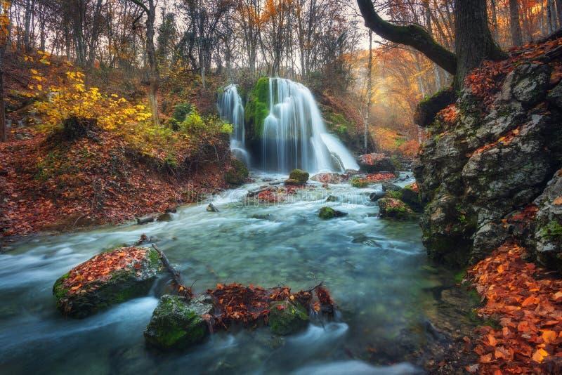 Cascada hermosa en bosque del otoño en montañas crimeas en el sol foto de archivo