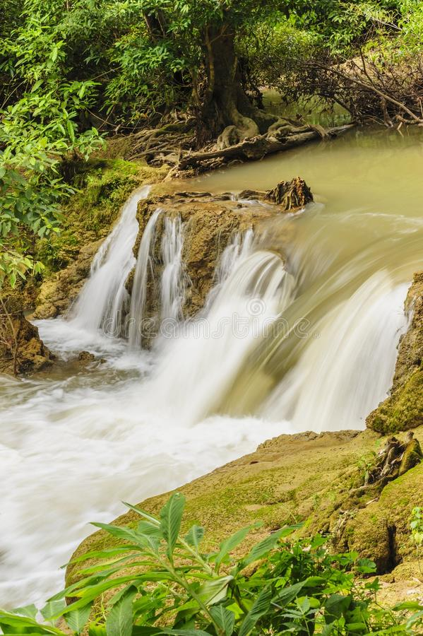Cascada hermosa en el parque nacional de Khao Laem, Tailandia. fotografía de archivo libre de regalías