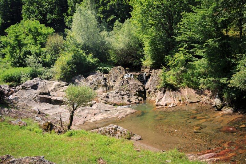 Cascada hermosa en el pueblo Vasilyovo, Teteven Manicipality, provincia de Lovech, Bulgaria septentrional fotografía de archivo libre de regalías