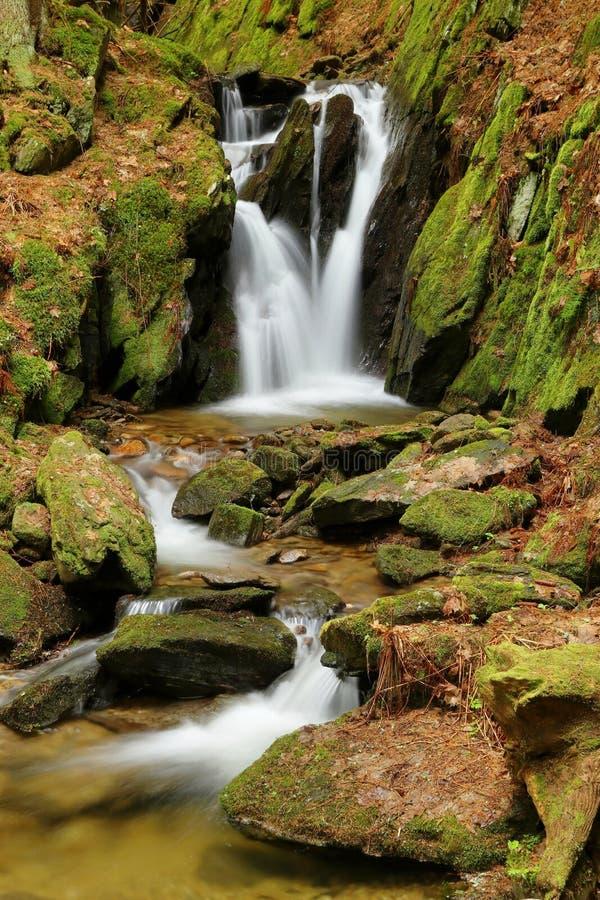Cascada hermosa en República Checa fotos de archivo