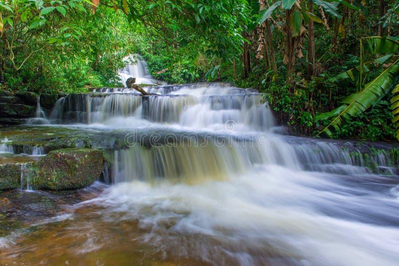 cascada hermosa en selva tropical en el phet de la montaña del berk de la tina del phu fotografía de archivo