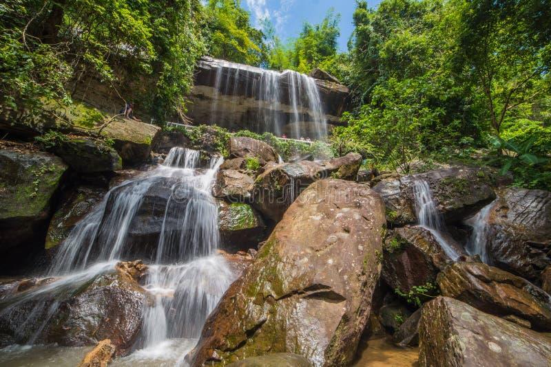 Cascada hermosa en selva tropical en Soo Da Cave Roi y Thailan foto de archivo