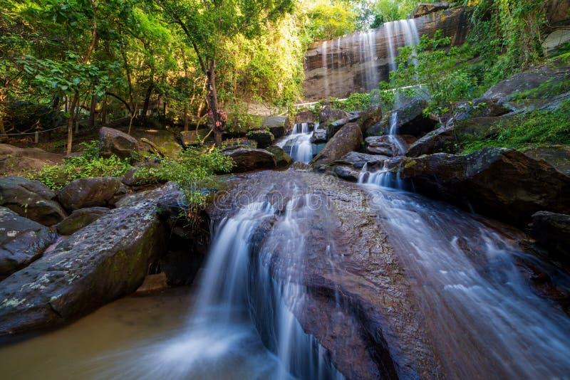 Cascada hermosa en selva tropical en Soo Da Cave Roi y Thailan imagen de archivo libre de regalías