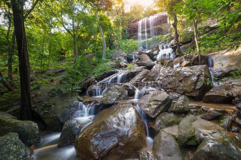 Cascada hermosa en selva tropical en Soo Da Cave Roi y Thailan imágenes de archivo libres de regalías