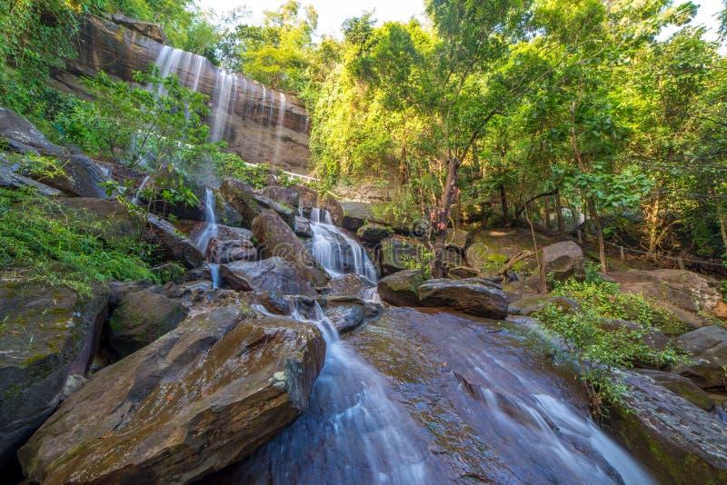 Cascada hermosa en selva tropical en Soo Da Cave Roi y Thailan fotografía de archivo