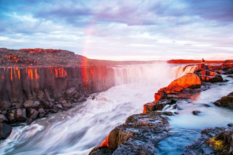 Cascada hermosa encantadora Selfoss en Islandia con el arco iris Países exóticos Lugares asombrosos atraction tur?stico popular imagen de archivo