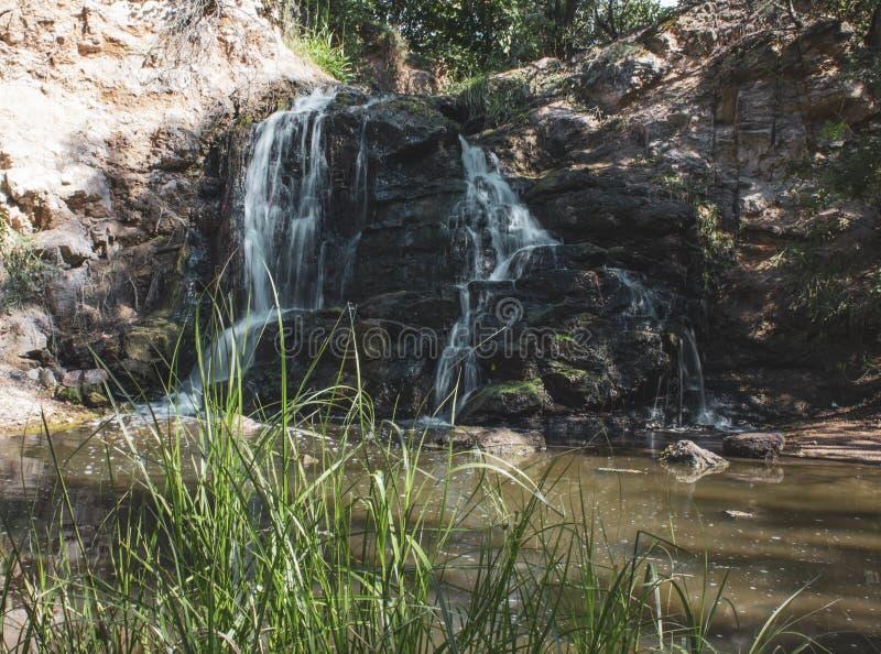 Cascada hermosa Vista lateral Hay un lugar para el texto imagen de archivo