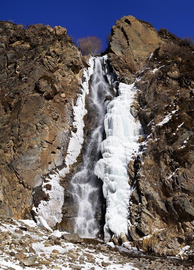 Cascada, hielo, roca y cielo azul imagen de archivo libre de regalías