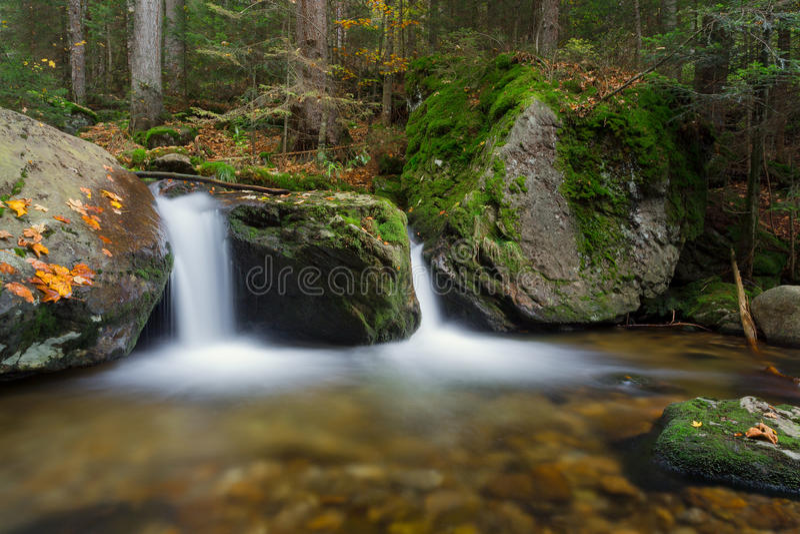 Cascada Hochfall en Bodenmais durante caída en Baviera, Alemania foto de archivo libre de regalías
