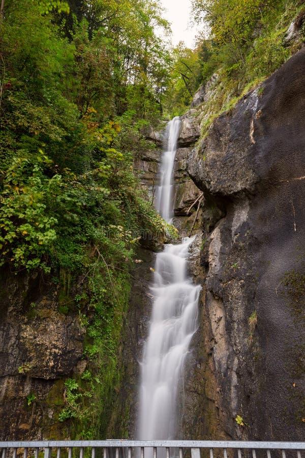 Cascada inspiradora de la visión en Hallstatt fotografía de archivo