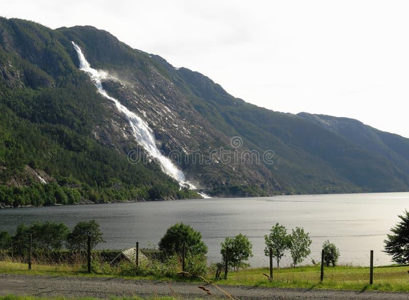 Cascada Langfossen en Noruega imagen de archivo libre de regalías