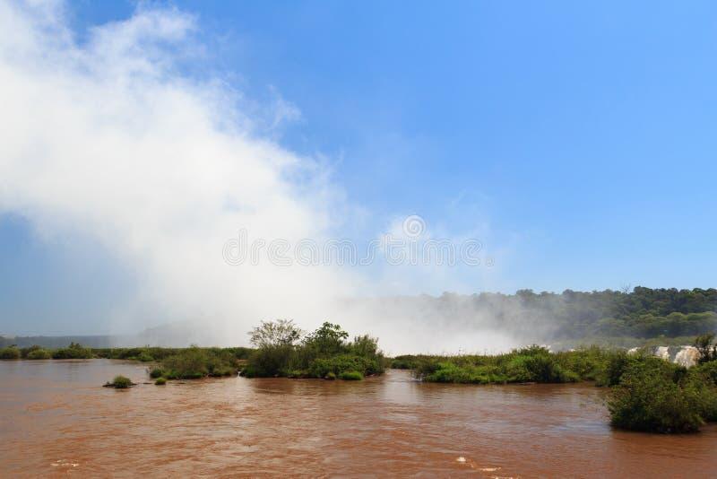 Cascada las cataratas del Iguazú que hacen las nubes, la Argentina imagen de archivo libre de regalías