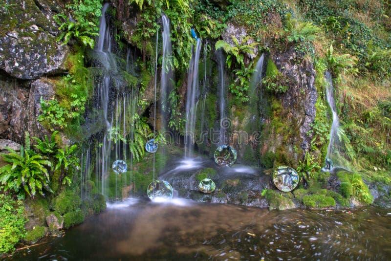 Cascada minúscula en los jardines del castillo de la lisonja imagen de archivo libre de regalías