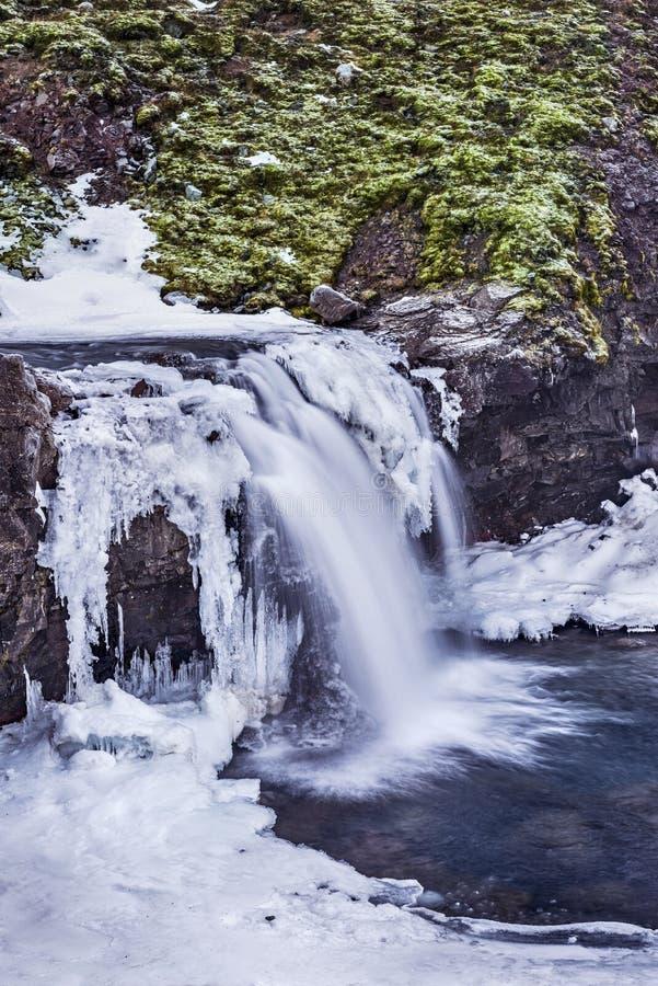 Cascada Nevado en montañas del ` s de Islandia imagen de archivo libre de regalías