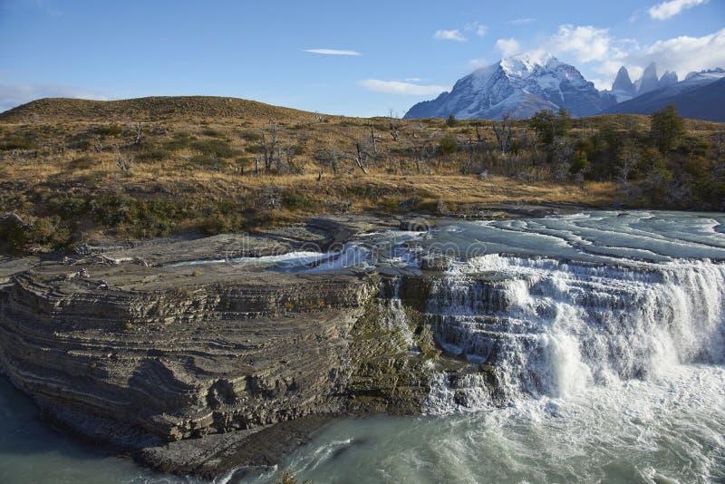 Cascada Paine en parc national de Torres del Paine, Chili photos libres de droits