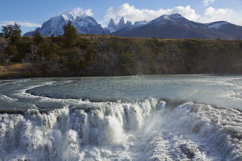 Cascada Paine i den Torres del Paine nationalparken, Chile royaltyfria bilder