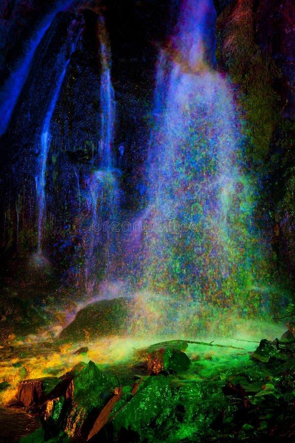 Cascada pintada luz coloreada imagen de archivo