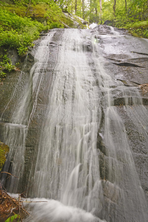 Cascada plana de la roca en el bosque imagenes de archivo