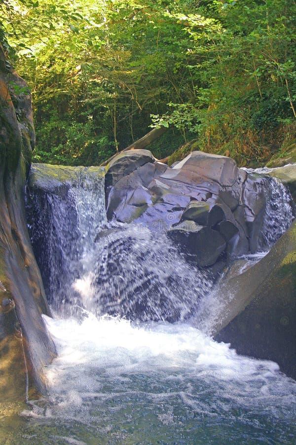 Cascada rápida en las montañas fotos de archivo