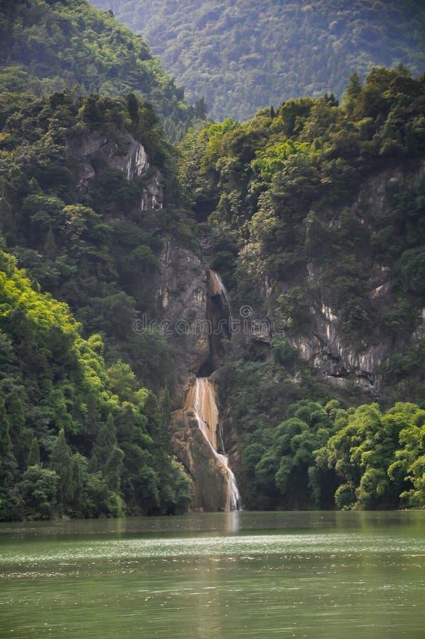 Cascada Sunlit imagenes de archivo