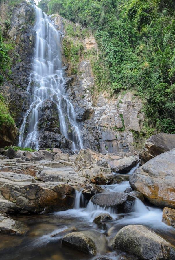 Cascada tropical de la selva tropical en Tailandia imagen de archivo libre de regalías